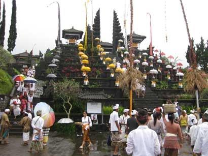 Objek Wisata Besakih Bali, saat upacara Agama