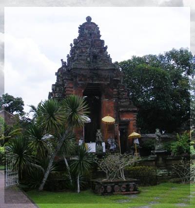 Gapura Kertagosa - sebuah gapura bersejarah saat jaman kerajaan Gelgel di Kelungkung. Posisi Kerthagosa terletak di tengah-tengah kota, sehingga mudah untuk di kunjungi. Biasanya kunjungan ke sini saat perjalanan ke Besakih atau ke Goalawah
