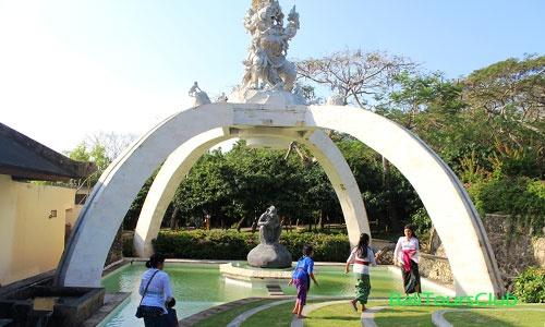 Objek wisata Uluwatu Bali